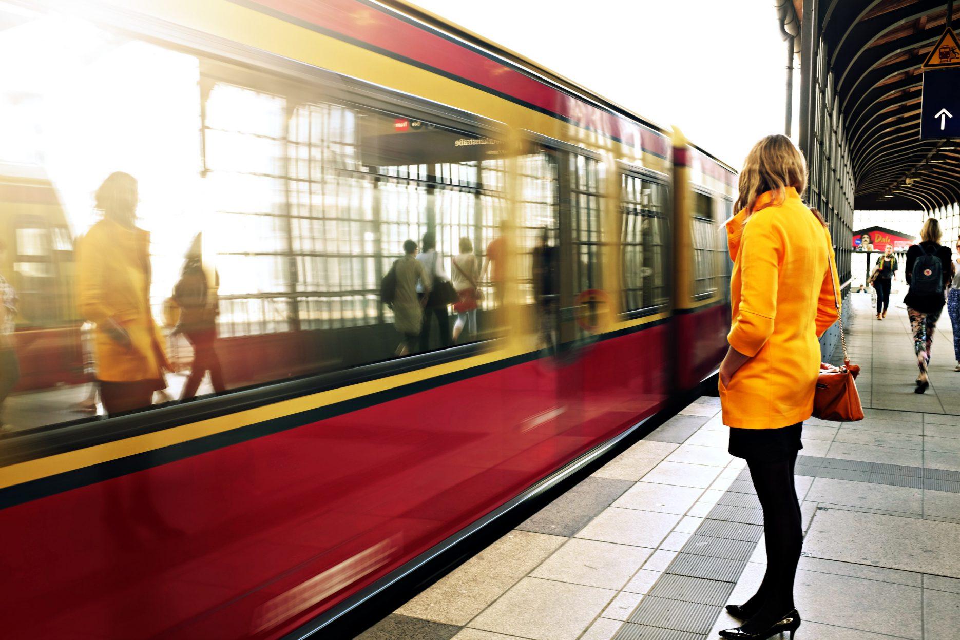 Bahn_Bahnsteig_warten_Friedrichstraße