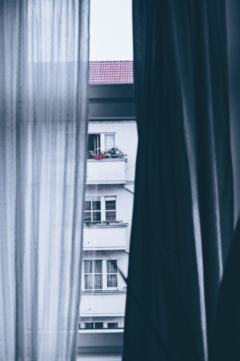 Blick aus dem Fenster soziale Distanz