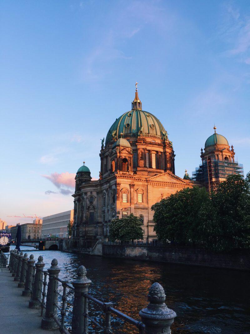 Berliner Dom_Sonnenuntergang_Sonnenstrahlen_Sommer_blauer Himmel